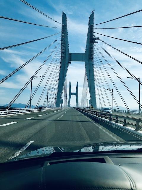橋の上から穏やかな瀬戸内を眺める。四国は陸路が好き。