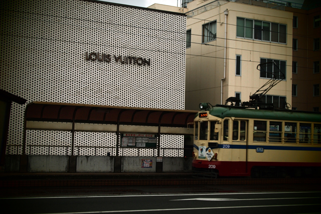 ヴィトンと路面電車。このコントラスト、結構好きだな。