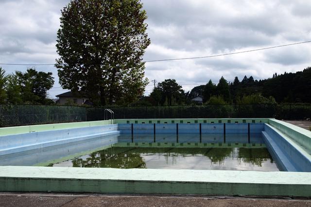泳げない、そして放射能で水も抜けない、小学校のプール。