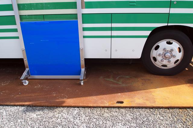 ここのあまりの線量の高さに、当初正確な計測が出来なかったのだと。それゆえ、車の下には鉄板が、ボディーの横には鉛の板が。