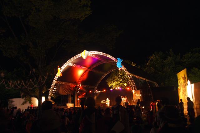 夜の津軽ステージ。タテ様、熱唱中。