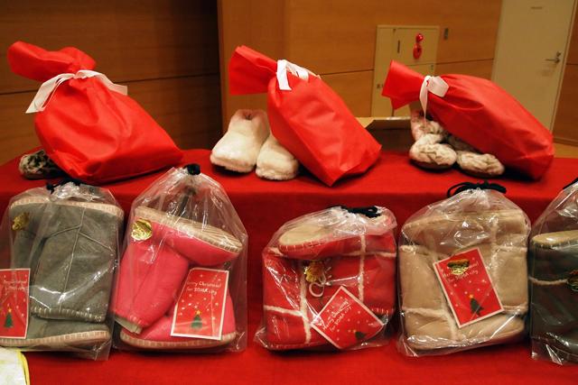 浅草の靴屋さん、ダニューからルームシューズ100足がプレゼントされました。ありがとうございます。