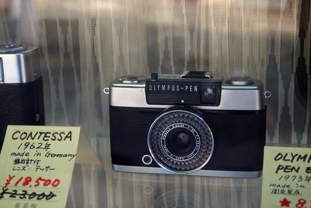 生まれて初めて触ったカメラが売ってた。感激。