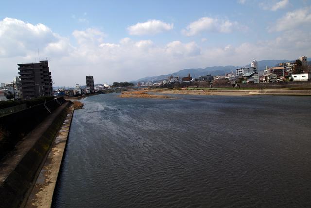 この川沿いを爆走するハメに。聞いてねーよ。
