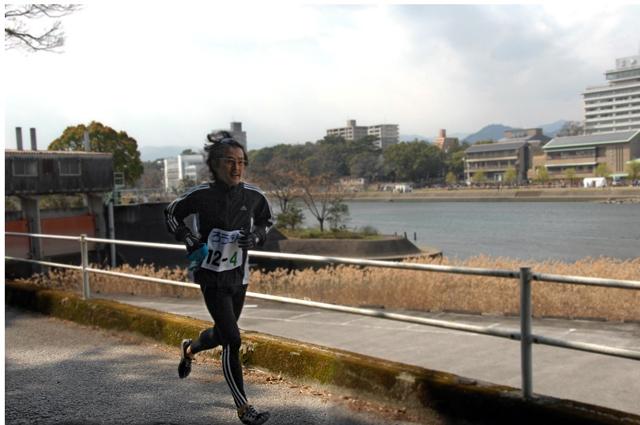 爆走する第四走者、山口選手。撮影、高知新聞、天野記者。彼はバイクで追走しながら撮影してくれました。走る俺もバカだが、撮影するあんたもバカだね。