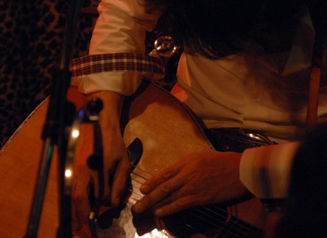 どんな弾き方ですか?©高知新聞、天野記者。