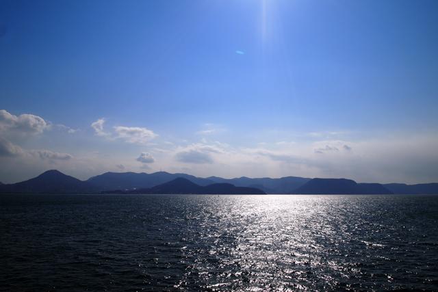 瀬戸内海から四国を眺める。