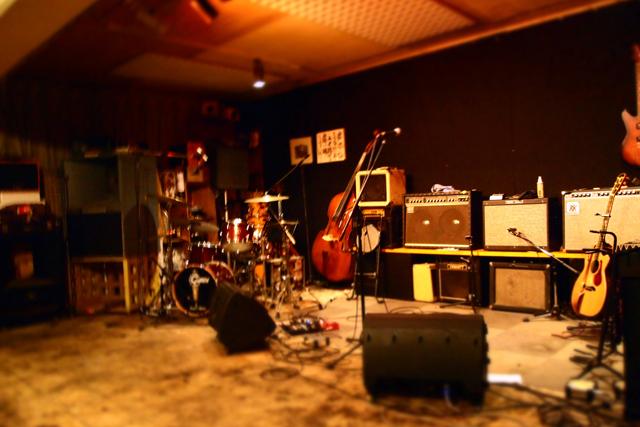 すけあくろはもう15年続いている地下にあるジャズ・バーです。島に来たら、一杯飲みにきんしゃいね。いつもご機嫌な音楽が鳴ってるよ。