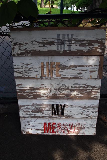 アメリカ人のジョンが作ってくれた看板。ありがとう。