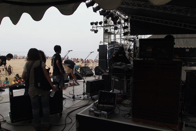 スタッフセッティング中。演奏が始まるとわらわらとたくさん人が集まってきます。暑い中、待っててくれて、ありがとう。