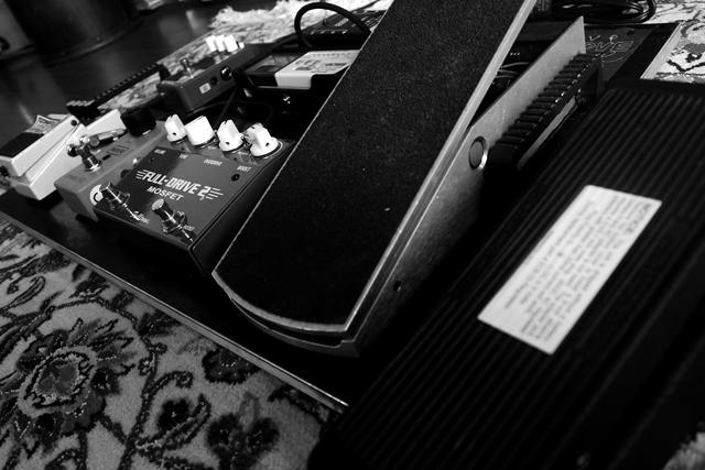 合間に居間でグレッチをぎゅんぎゅん弾いております。エレクトリック・ギターの可能性を今一度。