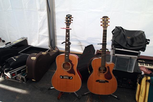ヤイポンと俺のギター。