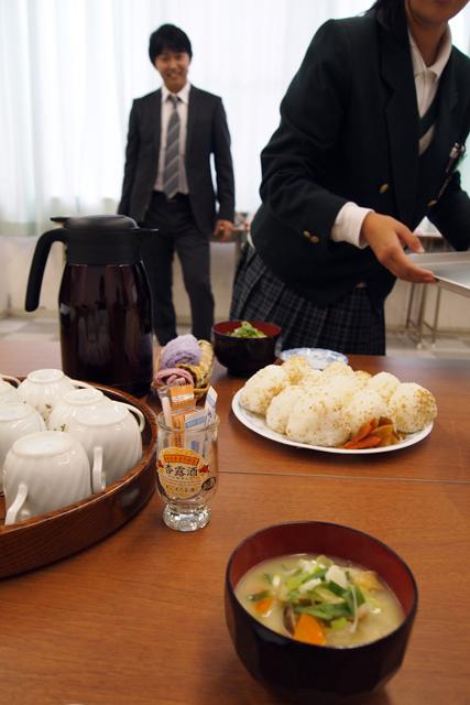 1998年生まれの女の子たちが作ってくれた昼ご飯。14歳にして、何故に母の味。