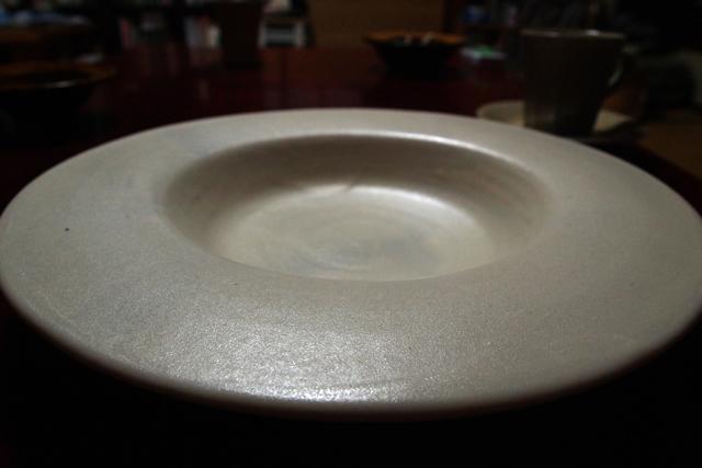 深夜にこの皿にパスタが盛られて出てきた。一瞬で目が覚めた。こんなに美しい器をかつて観たことがない。