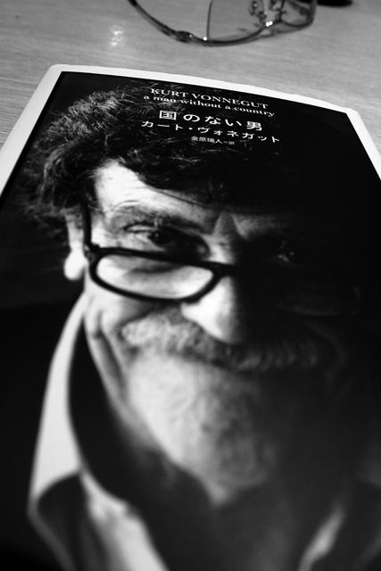 神戸の本屋で敬愛するヴォネガットの遺作を買って読んだ。