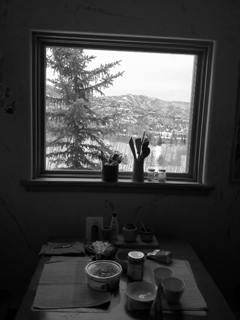 画架のような窓のある部屋でご飯を食べた。