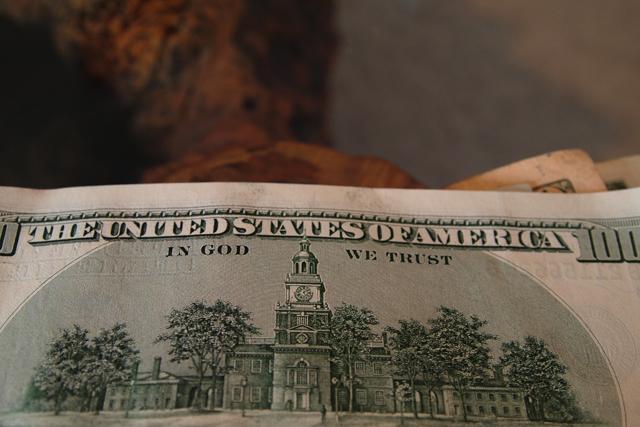 すべてのお金にはこう書いてある。「 in God we trust」。