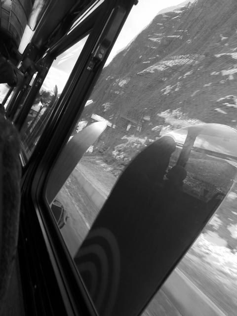 バスに乗って、山に向かいます。