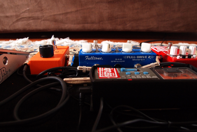 ソファーの前に、いつでもアンプに繋げるシステムを作った。