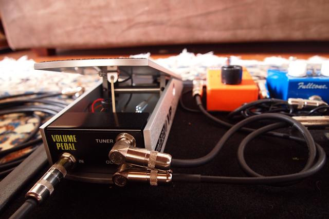 部屋にエレクトリック・ギターが置いてあることがないオレにとってはかなり新しい。