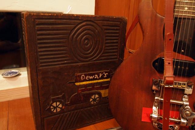 1958年のレスポールJRの隣にあるのは、おかんがガキだったオレのために作ったゴミ箱。今も愛用してる。たぶん、1966年製。