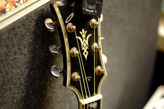 岩の意志を支えるギター。「希望を乗せる羽根」なんてそんなテキトーなことじゃないよ。