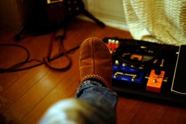 右足にはエレクトリック・ギター・セクション。