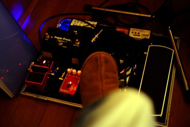 左足にはヤイリ・ギター・セクション。いつでも演奏可能。