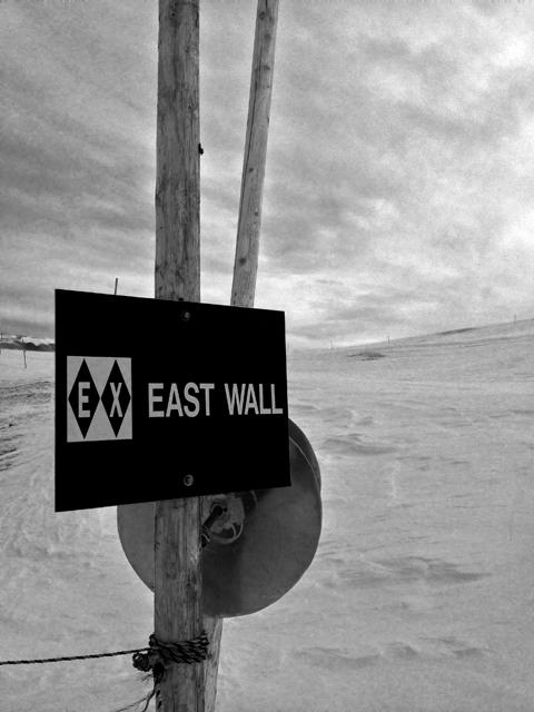 あらゆるものを吹き飛ばす風が吹いてた。ここにスノーボードで来るには何年かかるかな?