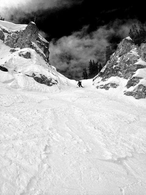 この後、何とスキーパトロールは滑落しました。