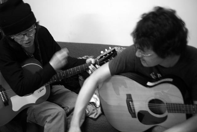 楽屋で作曲中。