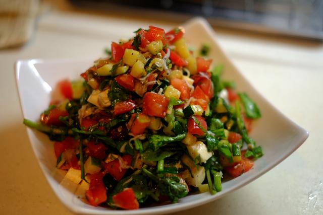 パスタが見えないくらいの野菜を頂きます。味付けはね、挽いた胡椒だけだよ。