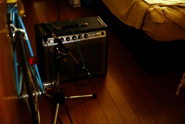 ギターアンプはベッドルームで鳴ってるのよ。ベッドにチャリに、かなりカオス。
