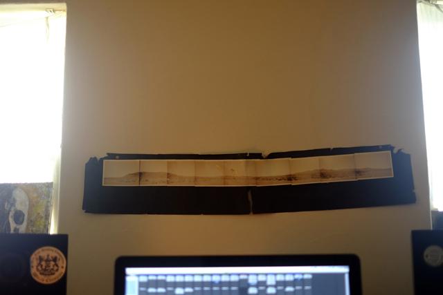仕事部屋のスピーカーの間にはネイティヴのヴィジョン・クエストをしたときの砂漠の写真がずっと貼ってある。