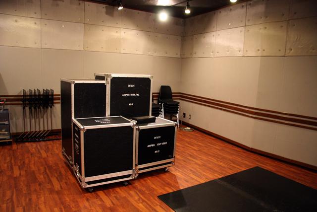 スタジオに一番乗りしたら、渡辺さんが使うキャビネットがわんさか、と。