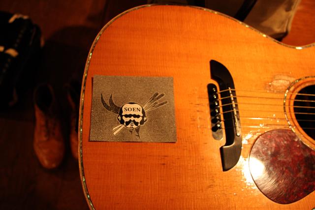 ギターもステッカーチューン。