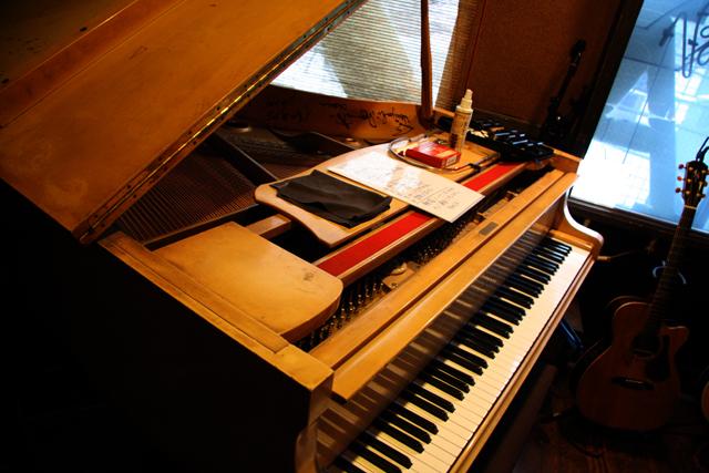 マスターが初めてこのピアノを見たときは白かった、と。嘘だ。笑。