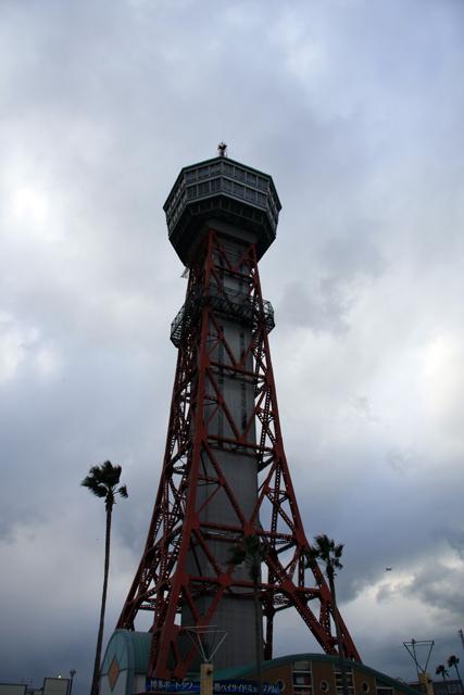 僕が居た頃、このタワーは「博多パラダイス」と呼ばれていた。ここの近くのスタジオから生放送で「冬の朝」をオンエア。クリゼン、ありがとう。