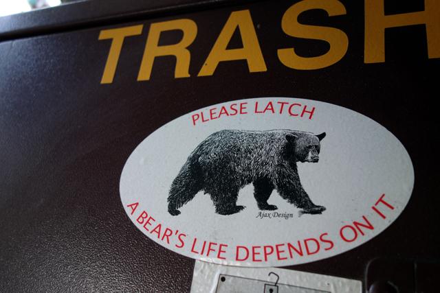 村のゴミ箱は熊が食べないように出来てる。もちろん、今は冬眠中。