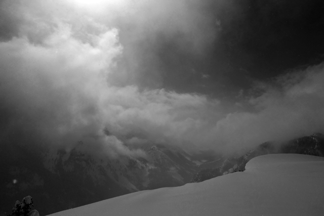 雪庇の向こうは崖。