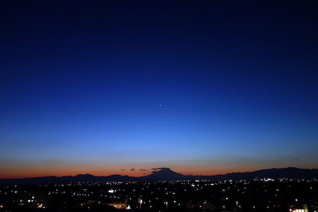 昨日の夕暮れと富士山(屋上より)。