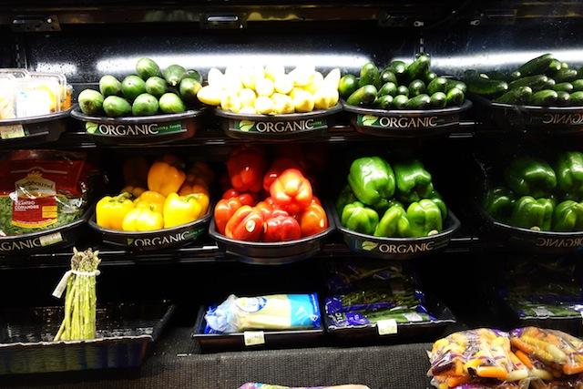 村に一軒だけのスーパー。野菜は吟味が必要。