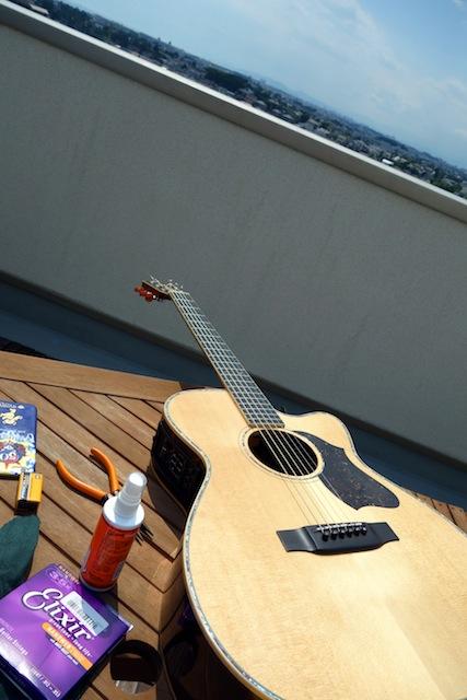 レコーディングに疲れたら、屋上でギターのメンテをする。