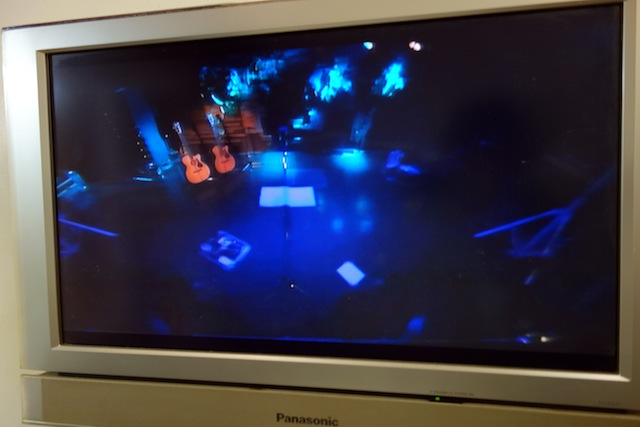 楽屋からステージがモニターできる。だがしかし、オレは見れる訳もなく。