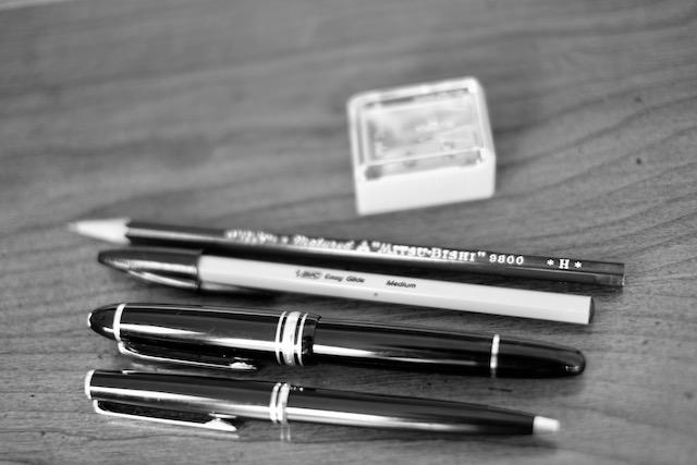 スーパーで170円で買った鉛筆削り。愛用の鉛筆、ボールペン、親父が使っていた万年筆とおかんが使ってたボールペン。