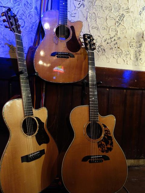 会場を恐怖のるつぼに陥れた3本のヤイリギターのみなさん!