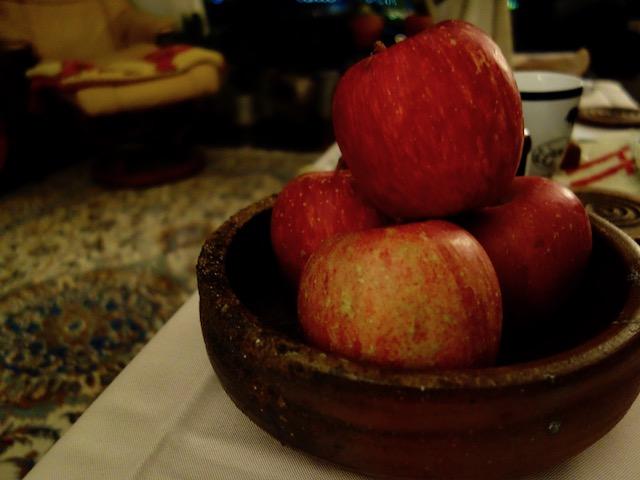 りんごのある暮らし。これはね、長野のりんご。スキーの先生が送ってくれたんぜ!まじうま!