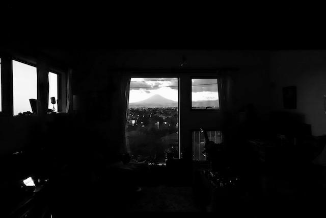 夕暮れに灯りを消すと富士山が浮かび上がる。