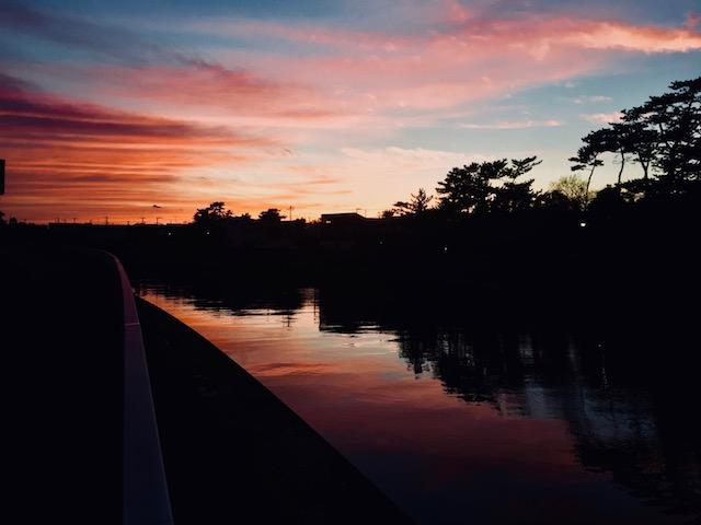 振り返ると夕焼けがあんまりだった。走りながら前を向いていたのに、後ろがすごいことになってることに気づくくらい。