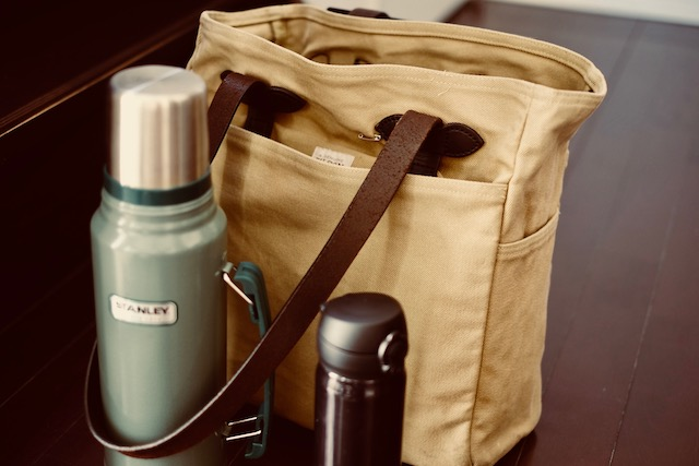 リハーサルには譜面と喉のお茶とコーヒーを持参するでガス。